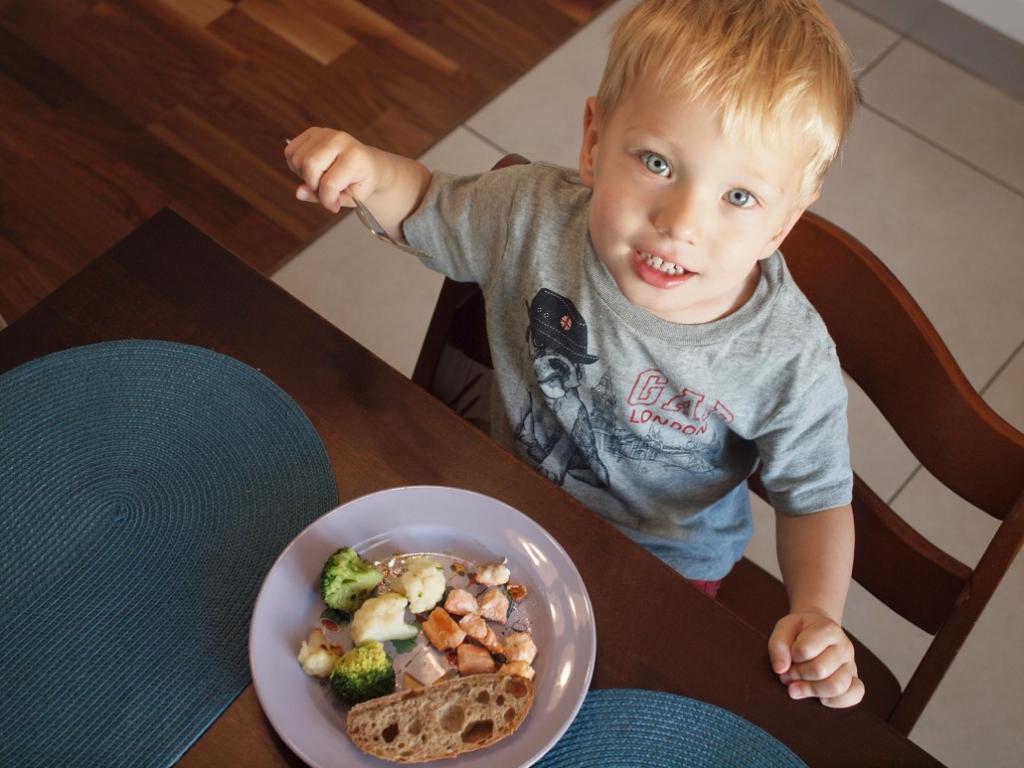 bērns ēd